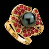 Bague de fiançailles perle Tahiti noire pavage rubis or jaune 18K Eternal Flower