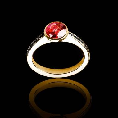 Bague de fiançailles rubis rond pavage diamant noir or jaune Moon