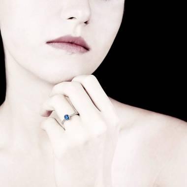 Bague saphir bleu forme ovale pavage diamant or blanc Moon