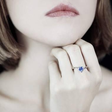 Bague de fiançailles saphir bleu cœur or blanc Serpentine