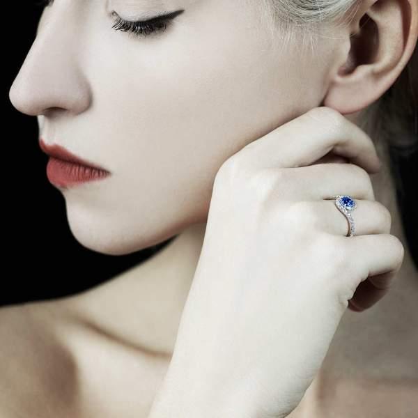 Bague de fiançailles saphir bleu Lilou portée