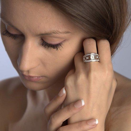 Emerald cut ring in white gold